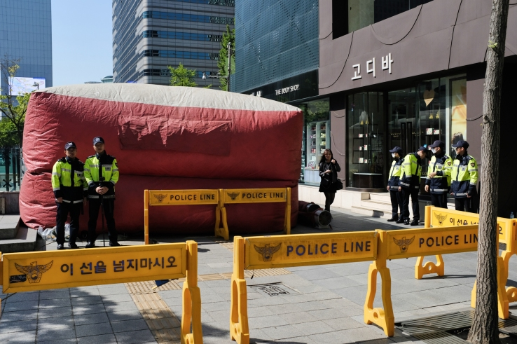 Air cushion is place in front of the building where the 6 main protester is now at the rooftop.