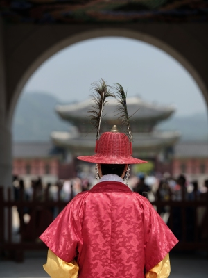 Guards at Gyeongbokgung  Palace. GFX + GF110mm F2